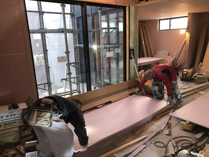 張っていく石膏ボードです。郡山市富田町Y様邸| 郡山市 新築住宅 大原工務店のブログ