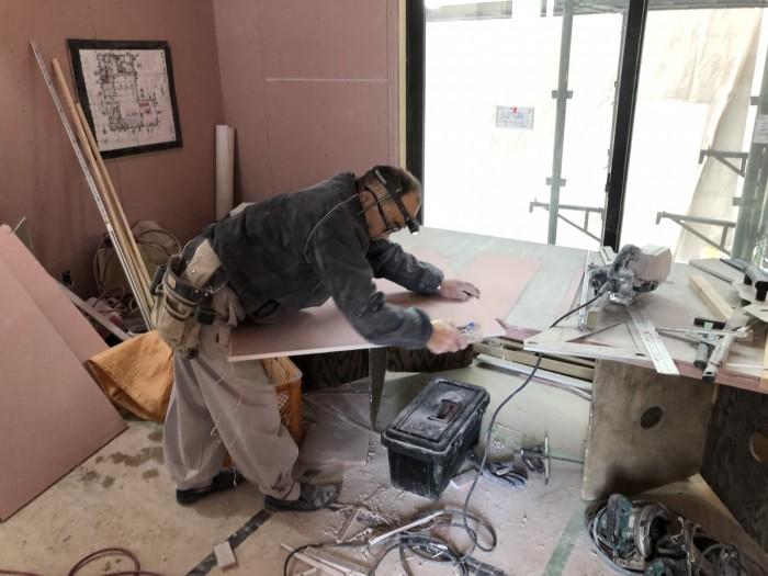 石膏ボードを切っていきます。郡山市富田町Y様邸| 郡山市 新築住宅 大原工務店のブログ