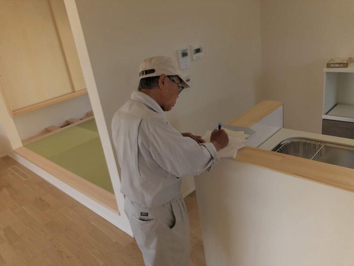 書類をまとめています 岩瀬郡鏡石町 |郡山市 新築住宅 大原工務店のブログ