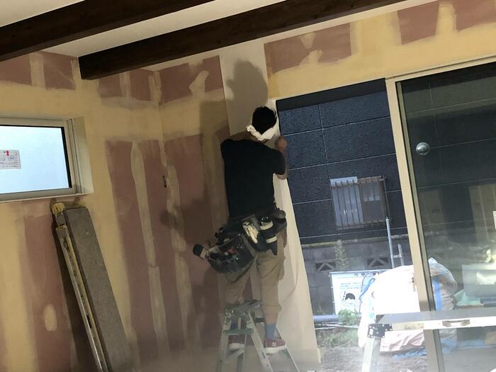 大原工務店で新築注文住宅建築中I様邸、壁紙を貼っていきます。郡山市台新