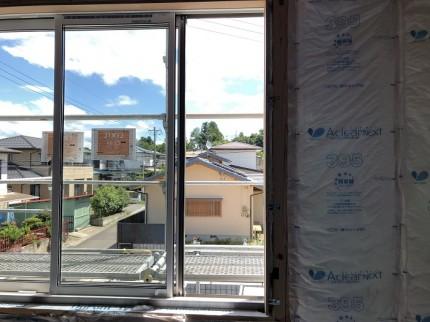 隙間なく断熱材を充填していきます。郡山市田村町|郡山市 新築住宅 大原工務店のブログ