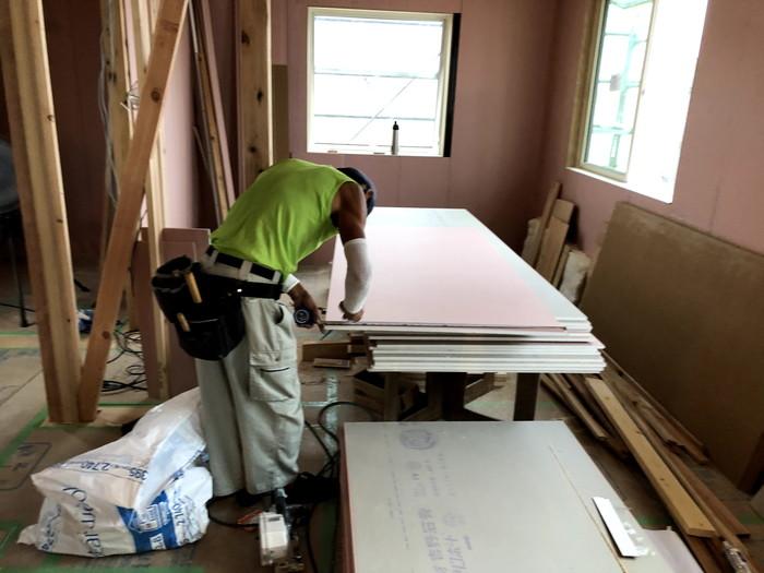 石膏ボードの寸法を測っています。郡山市大槻町| 郡山市 新築住宅 大原工務店のブログ