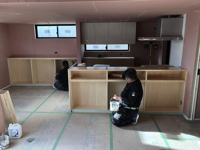 造作のカウンターの塗装です。|郡山市 新築住宅 大原工務店のブログ