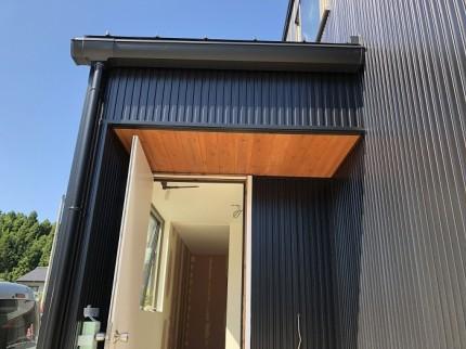 玄関軒天に杉を貼ってます。須賀川市北横田|郡山市 新築住宅 大原工務店のブログ