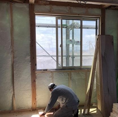 大原工務店で新築注文住宅建築中W様邸、柱間に断熱材を充填していきます。郡山市富久山町| 郡山市 新築住宅 大原工務店のブログ