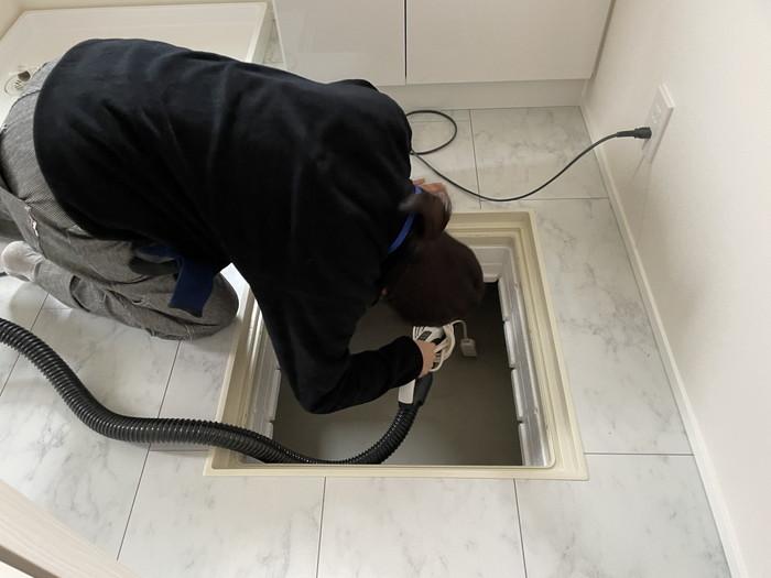 床下点検口も念入りに掃除していきます。郡山市M様邸| 郡山市 新築住宅 大原工務店のブログ