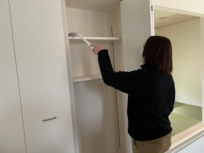 クローゼットの中の棚を掃除していきます。郡山市富田町M様邸| 郡山市 新築住宅 大原工務店のブログ