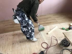 床張り前に掃除する親方|郡山市 新築住宅 大原工務店のブログ