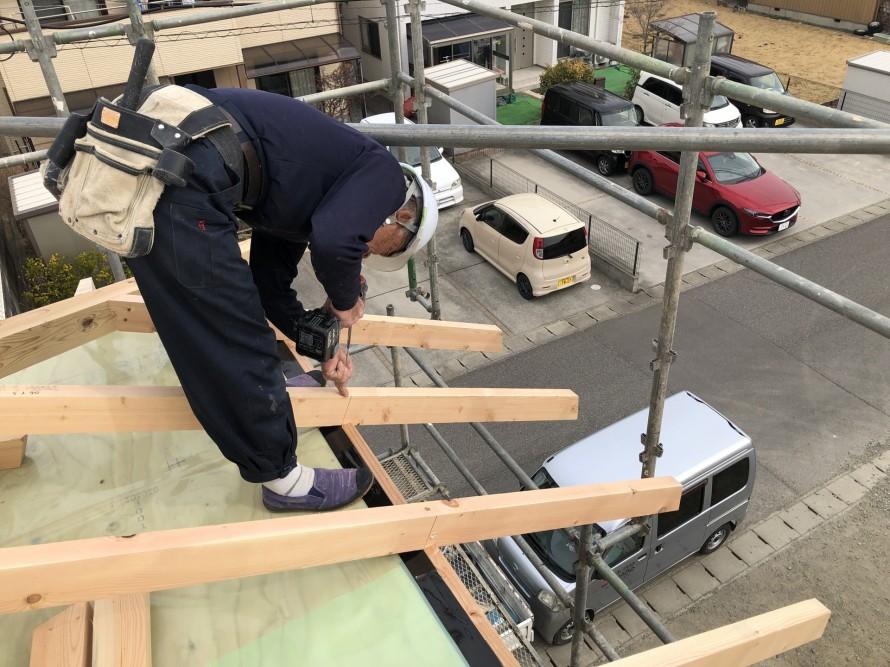 ビス一本で垂木を固定|郡山市 新築住宅 大原工務店のブログ