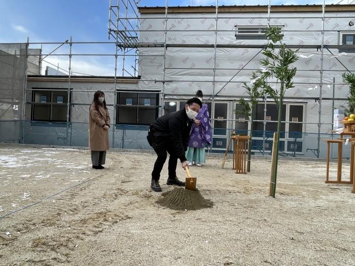 鍬入れの様子です。須賀川市森宿W様邸| 郡山市 新築住宅 大原工務店のブログ