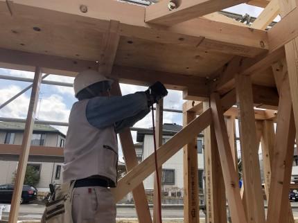 筋交、間柱を施工する大工さん|郡山市 新築住宅 大原工務店のブログ