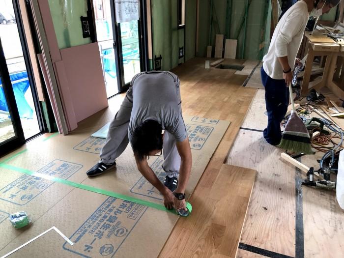 フローリング張り施工しています 郡山市富久山町  郡山市 新築住宅 大原工務店のブログ