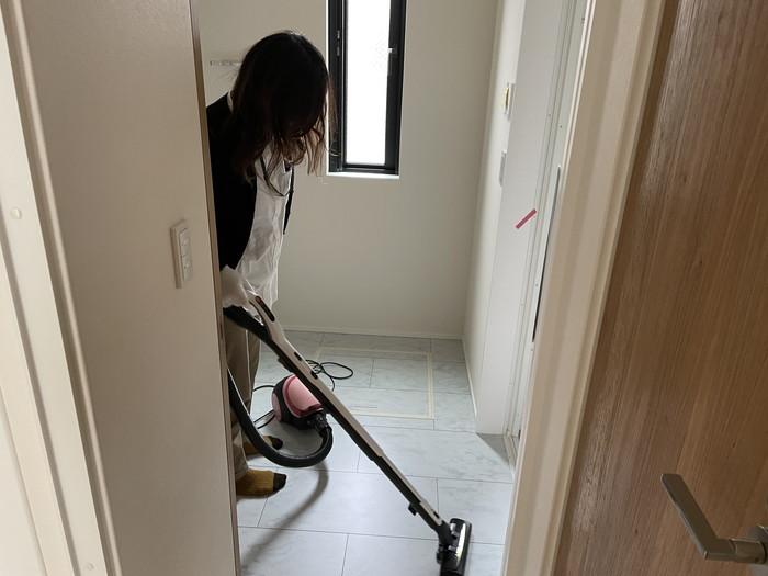 掃除機をかけます。郡山市久留米K様邸| 郡山市 新築住宅 大原工務店のブログ