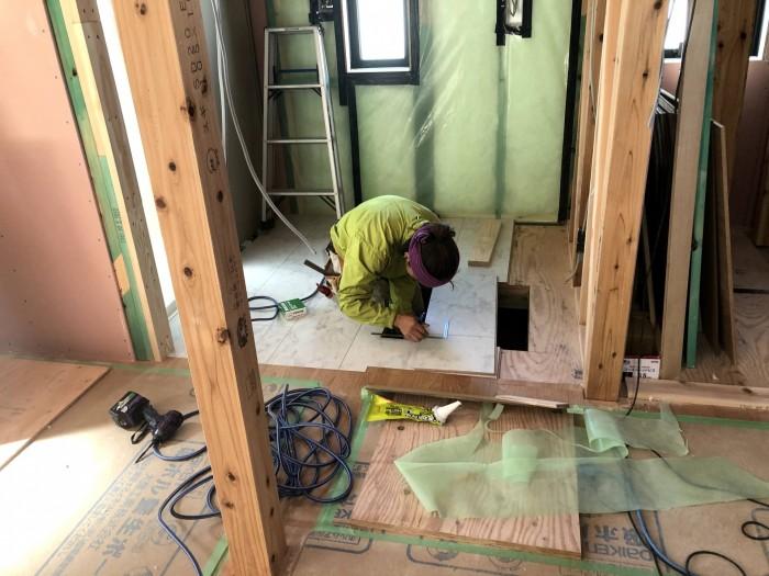床板の寸法を測っています。郡山市富田町| 郡山市 新築住宅 大原工務店のブログ