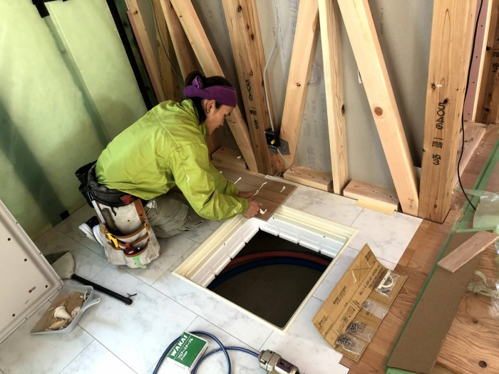 ボンドを塗っていきます。郡山市富田町| 郡山市 新築住宅 大原工務店のブログ