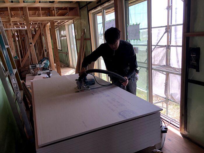 大原工務店で新築注文住宅建築中Y様邸、石膏ボードをカットしていきます。郡山市田村町| 郡山市 新築住宅 大原工務店のブログ