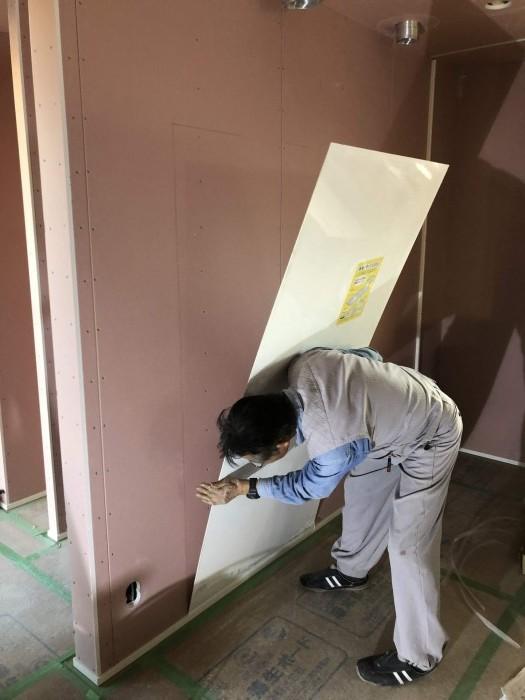 キッチンパネルを貼っていきます。郡山市御前南| 郡山市 新築住宅 大原工務店のブログ