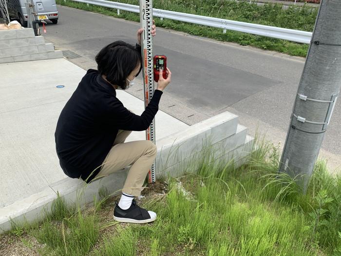 敷地の高さを測っていきます。郡山市富田東  郡山市 新築住宅 大原工務店のブログ