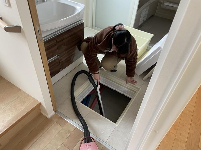床下点検口もしっかり掃除していきます。三春町W様邸| 郡山市 新築住宅 大原工務店のブログ