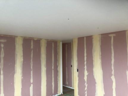 壁紙を貼る前に下地を塗っていきます。福島県会津若松市|郡山市 新築住宅 大原工務店のブログ
