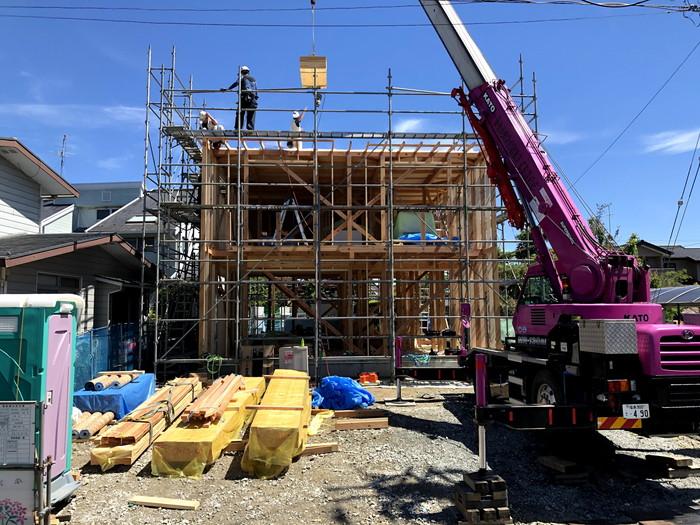 クレーン車を使って、柱を上げていきます。郡山市安積町| 郡山市 新築住宅 大原工務店のブログ