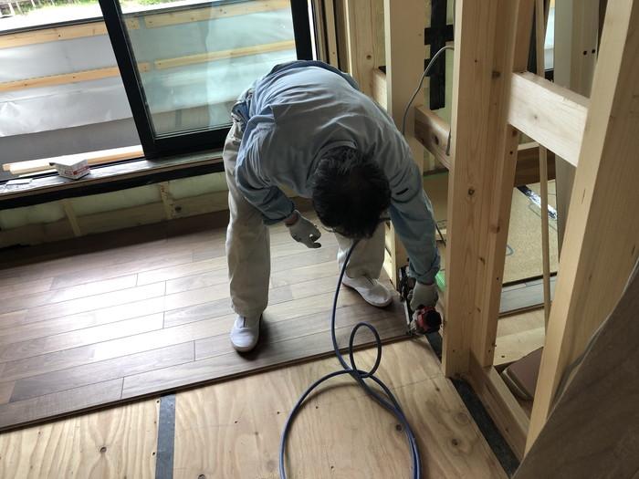 フローリングの釘打ちです。|郡山市 新築住宅 大原工務店のブログ