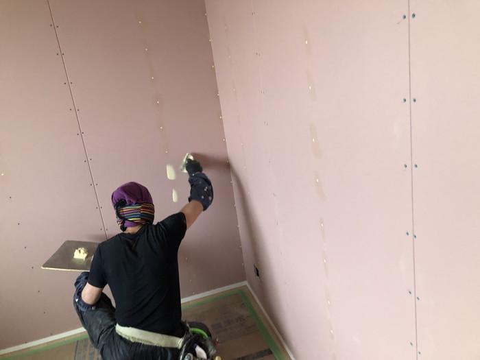 下地を塗っていきます。郡山市町東S様邸| 郡山市 新築住宅 大原工務店のブログ