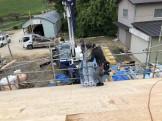 ルーフィングを屋根の上に運び込みます。本宮市白岩W様邸| 郡山市 新築住宅 大原工務店のブログ