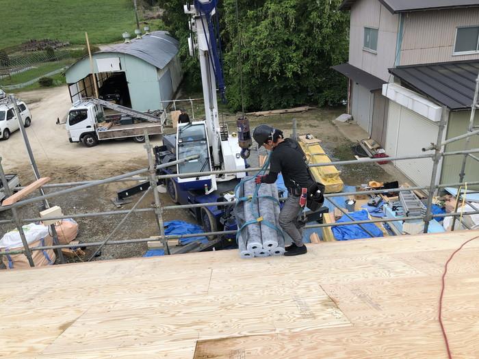 ルーフィングを屋根の上に運び込みます。本宮市白岩W様邸  郡山市 新築住宅 大原工務店のブログ