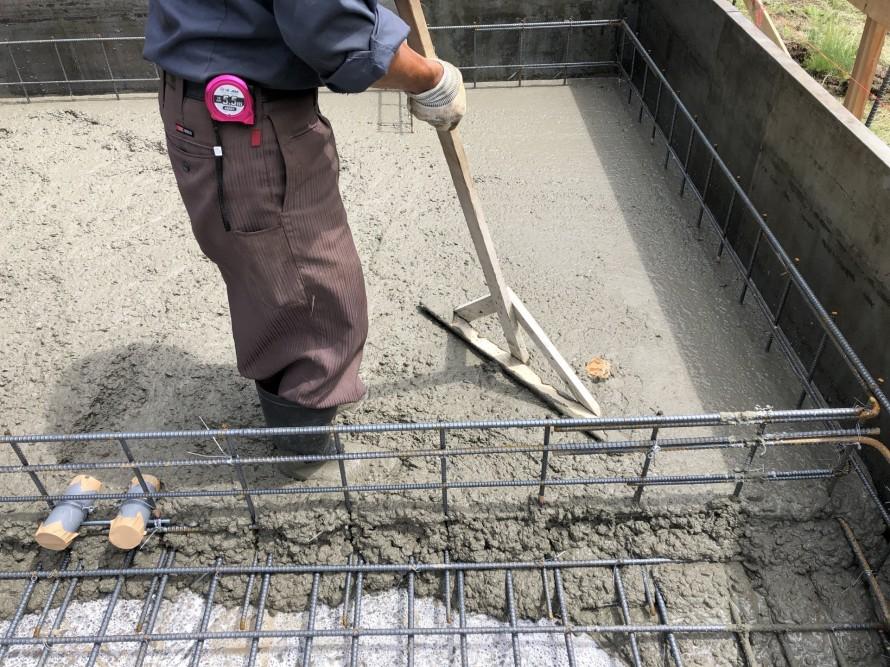 スラブコンクリートをトンボでタプタプ|郡山市 新築住宅 大原工務店のブログ