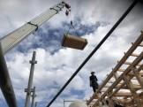 クレーン車で柱を上げていきます。郡山市昭和| 郡山市 新築住宅 大原工務店のブログ