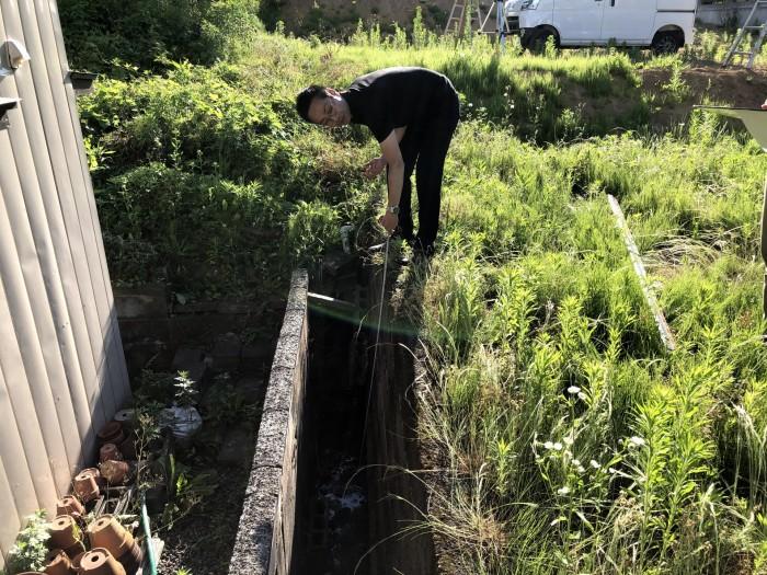 側溝の深さを測っています!|郡山市 新築住宅 大原工務店のブログ