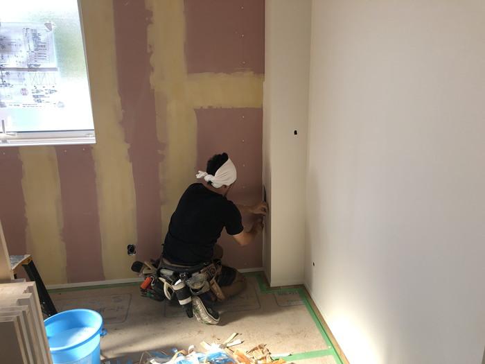 クロスの仕上げ張りです。|郡山市 新築住宅 大原工務店のブログ