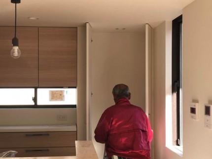 大工さんの建具吊りこみです。|郡山市 新築住宅 大原工務店のブログ