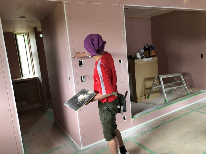 ビス穴を埋めています。本宮市白岩W様邸| 郡山市 新築住宅 大原工務店のブログ
