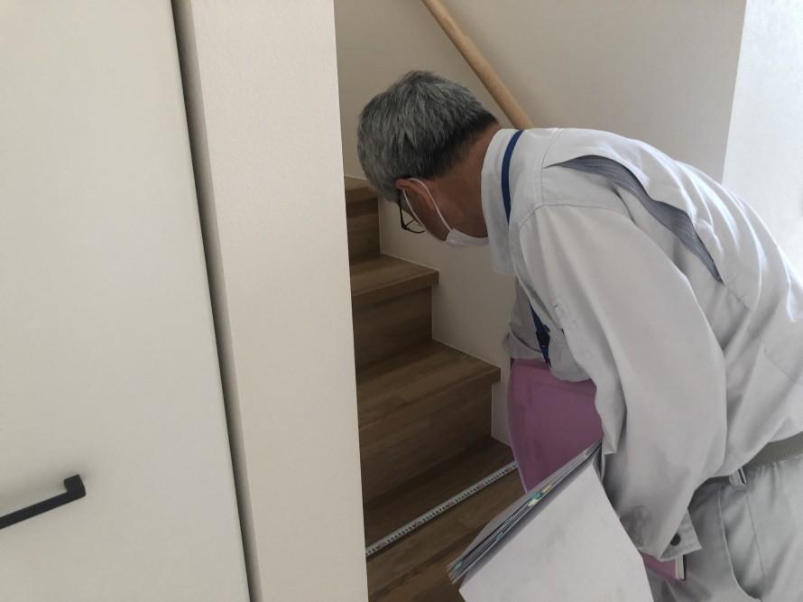 階段を確認中の検査員さんの背中ってカッコイイ 郡山市 新築住宅 大原工務店のブログ