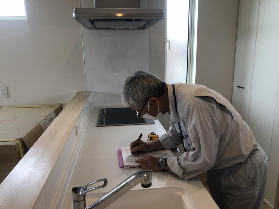 物書きしている検査員さんってカッコイイ 郡山市 新築住宅 大原工務店のブログ