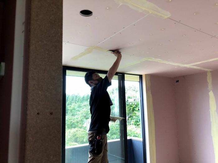 下地材を塗っていきます。郡山市片平町O様邸| 郡山市 新築住宅 大原工務店のブログ
