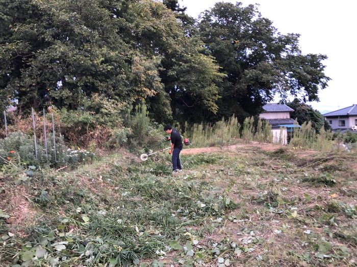 草刈り機で草を刈ります。|郡山市 新築住宅 大原工務店のブログ