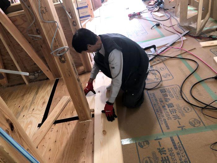パイン材フローリングの施工です。
