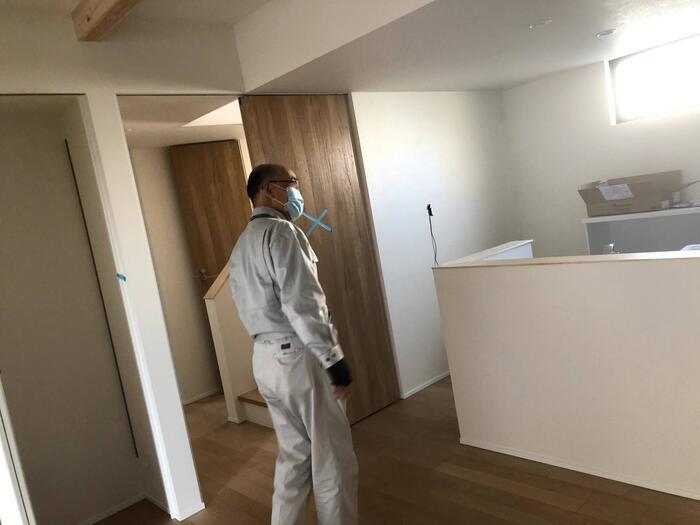 大原工務店で新築注文住宅建築中W様邸、検査員が検査している様子。郡山市長者