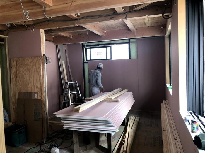 石膏ボードを施工している写真です。郡山市久留米K様邸  郡山市 新築住宅 大原工務店のブログ