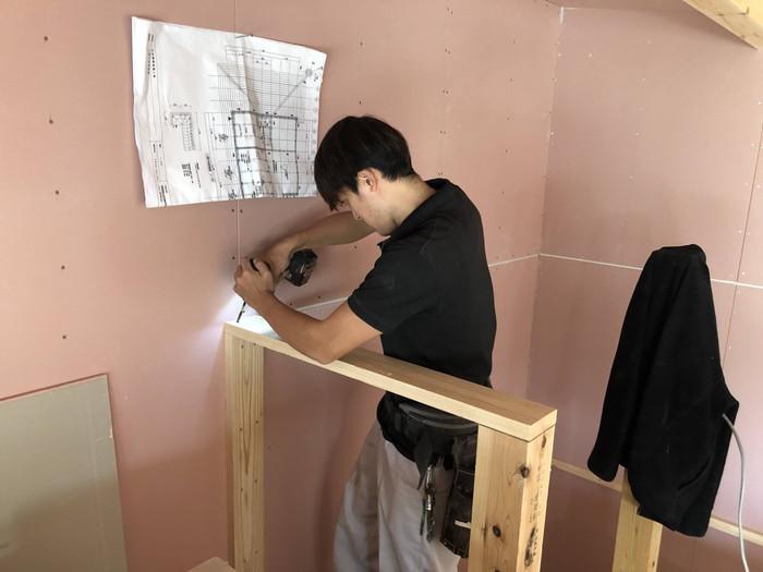 図面を見ながら取り付けていきます。郡山市田村町| 郡山市 新築住宅 大原工務店のブログ