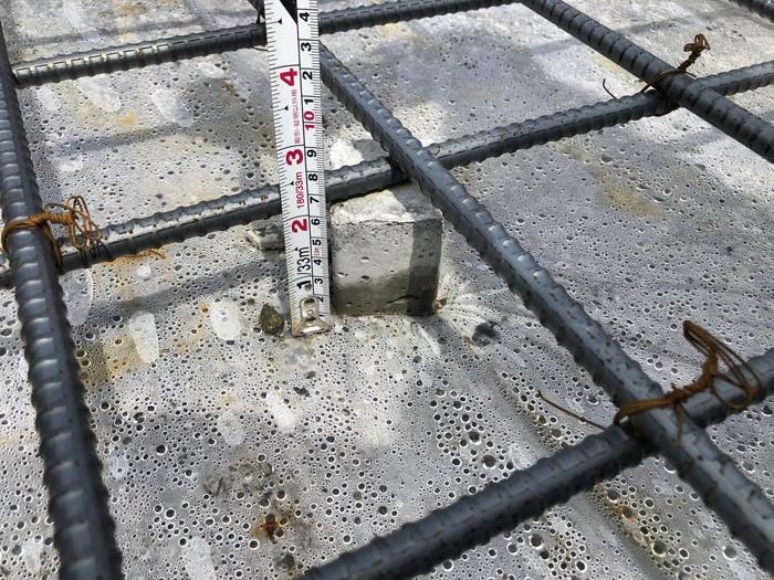 コンクリートのかぶり厚さをチェックしています。郡山市香久池Y様邸| 郡山市 新築住宅 大原工務店のブログ