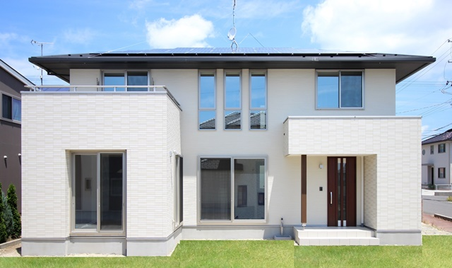 軒の深い新築住宅