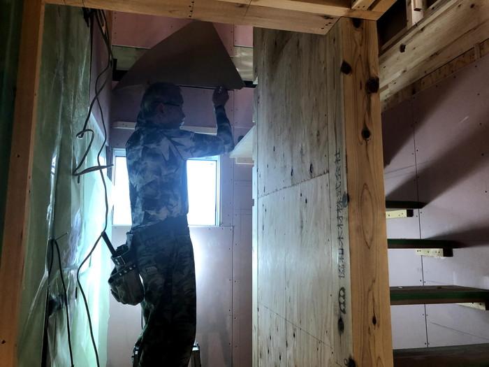 大原工務店で新築注文住宅建築中H様邸、踏板を取付けているところです。郡山市富久山町  郡山市 新築住宅 大原工務店のブログ