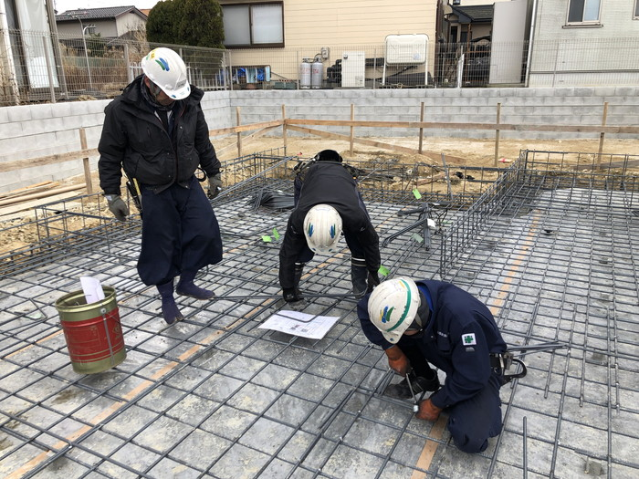 図面を確認しながら鉄筋を並べていきます。須賀川市森宿W様邸| 郡山市 新築住宅 大原工務店のブログ