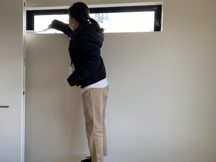 窓枠などの高い所の埃を落としていきます。須賀川市和田H様邸| 郡山市 新築住宅 大原工務店のブログ