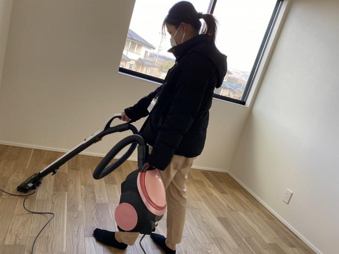 そして掃除機をかけます。須賀川市和田H様邸| 郡山市 新築住宅 大原工務店のブログ
