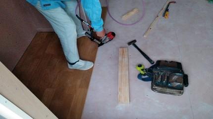 フロアタッカーでフローリングを打ち付けていきます。田村郡三春町|郡山市 新築住宅 大原工務店のブログ